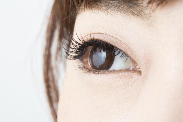 ブルーライトのダメージを受けた目のイメージ