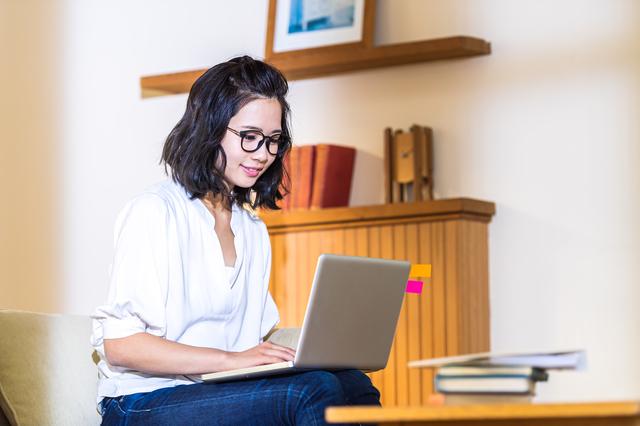 適切な距離をとってパソコンを使う女性