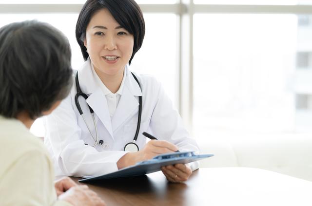 診察を受ける中年の女性