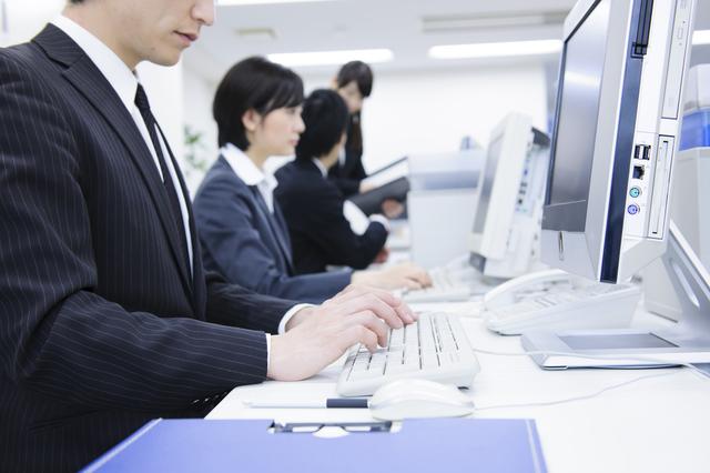 パソコンを使って仕事をする男性