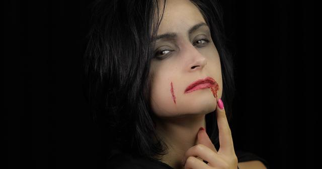 吸血鬼のコスプレをする女性