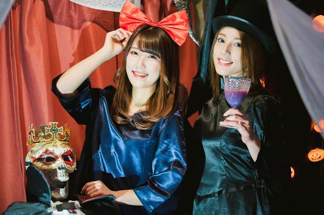 ハロウィンのコスプレを楽しむ2人の女性