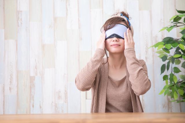 ホットアイマスクを使う女性