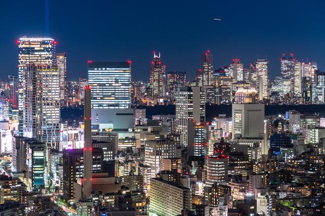夜でも明るい都市の画像