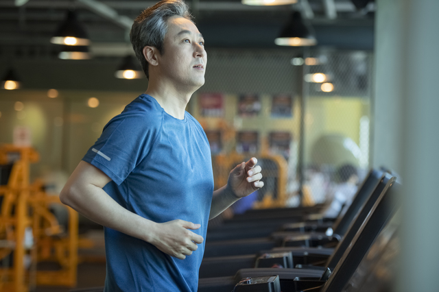 男性のトレーニング中の画像