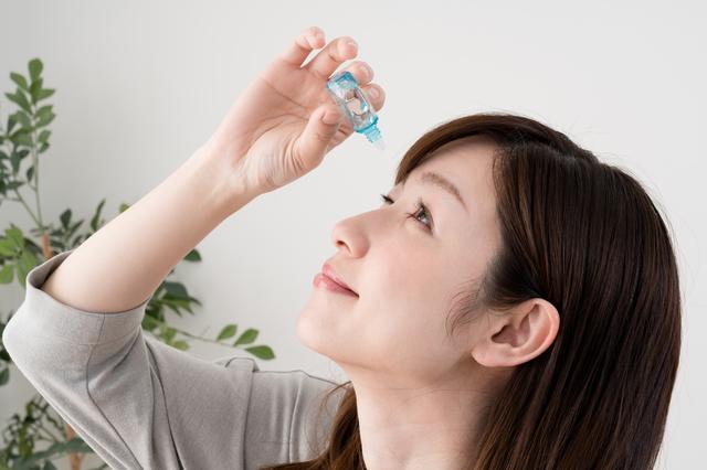 目薬をさす女性の画像