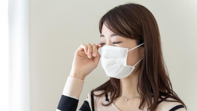 目が痒いマスクをしている女性の画像