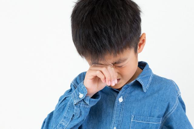 目が痒い男の子の画像