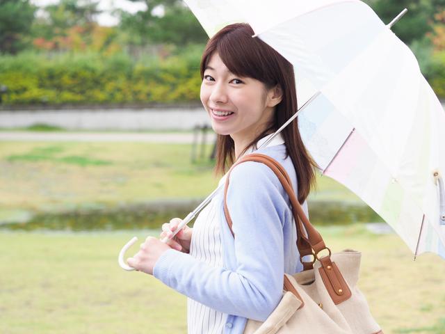 梅雨の時期はワンデータイプが安心|コンタクト処方箋不要.net
